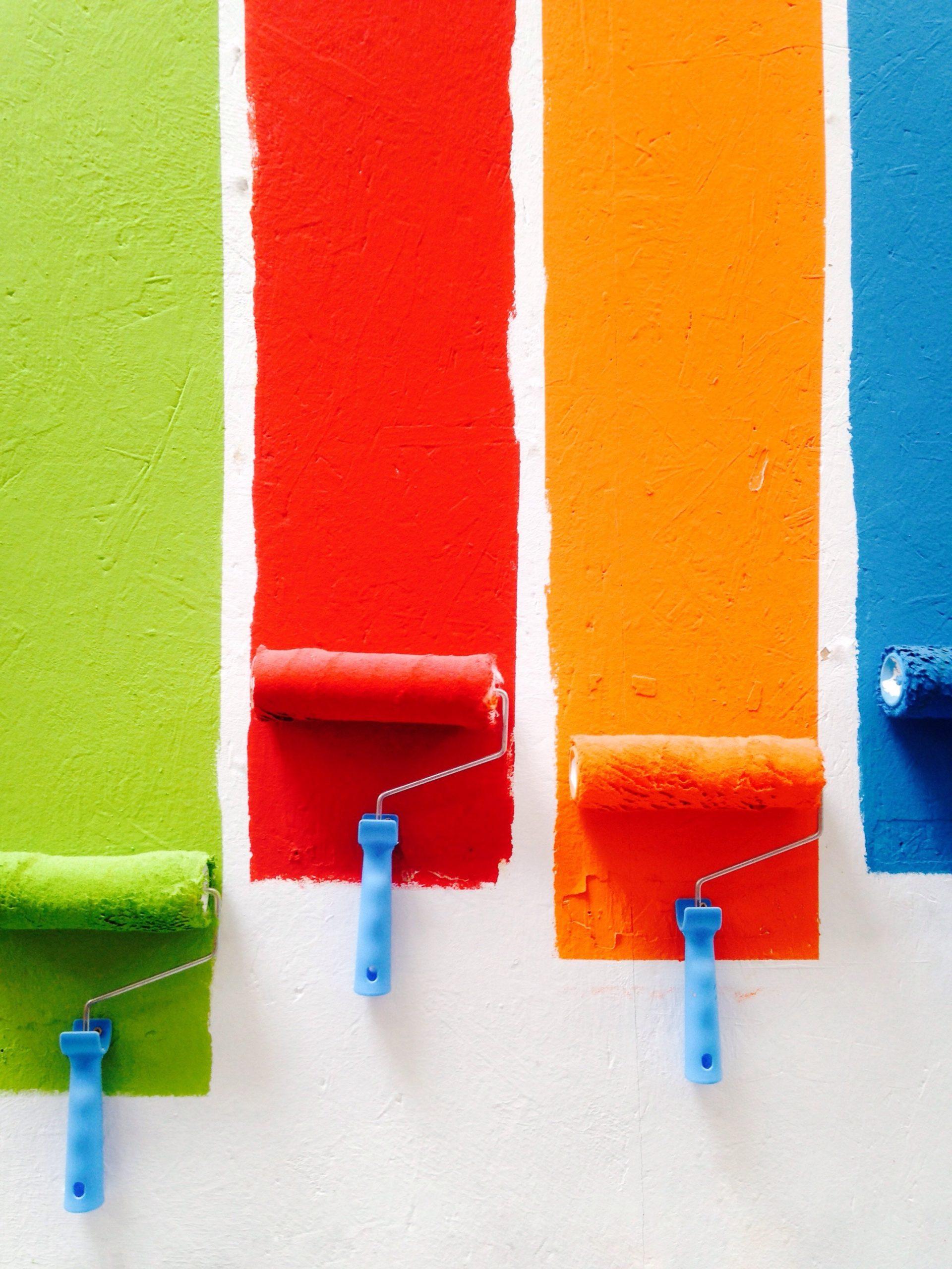 Rulli che dipingono una parete con pittura colorata